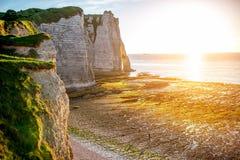 Ajardine a vista no litoral rochoso em Etretat Imagens de Stock Royalty Free