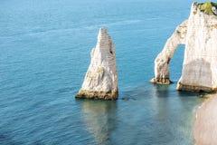 Ajardine a vista no litoral rochoso em Etretat Imagem de Stock