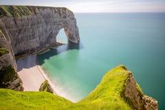 Ajardine a vista no litoral rochoso em Etretat imagem de stock royalty free