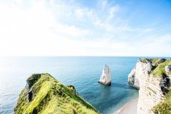Ajardine a vista no litoral rochoso em Etretat Fotos de Stock