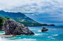 Ajardine a vista no mar e na montanha em Montenegro Fotografia de Stock