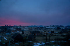 Ajardine a vista que pitoresca pouca vila no vale cercou por montanhas Imagem de Stock