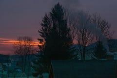 Ajardine a vista que pitoresca pouca vila no vale cercou por montanhas Foto de Stock