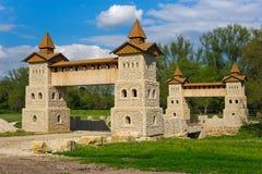 Ajardine a vista rural com a torre antiga do castelo das pedras Imagem de Stock