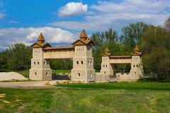 Ajardine a vista rural com a torre antiga do castelo das pedras Fotografia de Stock Royalty Free