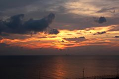 Ajardine, vistas panorâmicas do litoral e o porto do navio na âncora e no porto imagens de stock