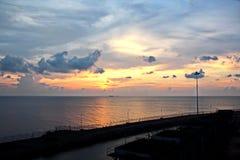 Ajardine, vistas panorâmicas do litoral e o porto do navio na âncora e no porto fotografia de stock