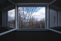 Ajardine visto da janela do apartamento privado, janela aberta imagens de stock