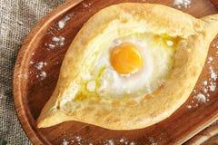 Ajarian Khachapuri con formaggio e l'uovo crudo immagine stock