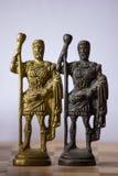 Ajedrez antiguo con la situación de cobre amarillo artística de los pedazos de los reyes junto foto de archivo