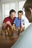 Ajedrez de enseñanza del papá al hijo. foto de archivo libre de regalías
