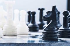 Ajedrez de mármol en un tablero de ajedrez Imagen de archivo libre de regalías