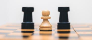 Ajedrez de madera del vintage en el primer del tablero de ajedrez Foto de archivo