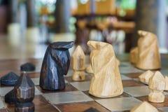 Ajedrez de madera en el tablero de ajedrez listo para luchar Imagenes de archivo