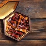 Ajedrez de madera en fondo de madera foto de archivo libre de regalías