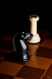 Ajedrez en un tablero de ajedrez Imagen de archivo
