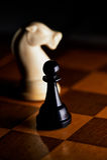 Ajedrez en un tablero de ajedrez Fotos de archivo