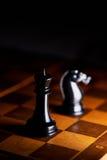 Ajedrez en un tablero de ajedrez Fotos de archivo libres de regalías