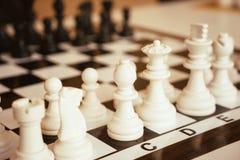 Ajedrez fotografiado en un tablero de ajedrez Imagenes de archivo
