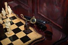 Ajedrez hecho del arma antiguo de madera natural del reloj de bolsillo Imagenes de archivo