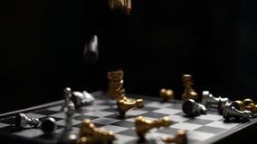 Ajedrez que baja en la cámara lenta del concepto del perdedor del tablero de ajedrez en fondo oscuro almacen de video