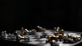 Ajedrez que baja en la c?mara lenta del concepto del perdedor del tablero de ajedrez en fondo oscuro almacen de metraje de vídeo