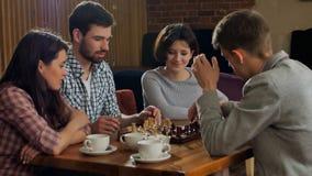 Ajedrez que juega compony de los estudiantes en café Foto de archivo libre de regalías