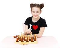 Ajedrez sonriente bonito del juego de la muchacha aislado foto de archivo