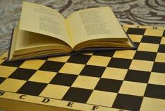Ajedrez y libro imagen de archivo libre de regalías