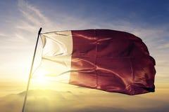 Ajman ed il Dubai del tessuto del panno del tessuto della bandiera degli Emirati Arabi Uniti che ondeggia sull'alba superiore app royalty illustrazione gratis