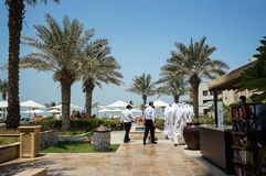 Ajman Em agosto de 2016 Um grupo de homens árabes que vêm ao território do hotel Ajman Saray Fotos de Stock Royalty Free