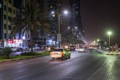 Ajman, UAE - Kwiecień 6 2018 Uliczny Sheikh Humaida kosza Rashid al przy nocą fotografia stock