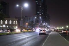 Ajman, UAE - Kwiecień 6 2018 Uliczny Sheikh Humaida kosza Rashid al przy nocą fotografia royalty free