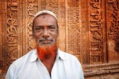 AJMER INDIEN - APRIL 06, 2013: Odefinierad indisk man med det röda skägget som är främst av Adhai-buller-kaen-Jhonpra Royaltyfri Bild