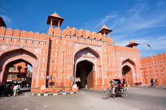 Ajmer port av den historiska rosa stadsväggen och den rörande cyklisten Royaltyfri Foto