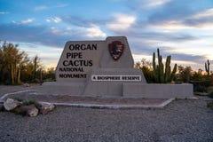 Ajo Arizona - mars 23, 2019: Välkommet tecken till monumentet för kaktus för organrör den nationella i den Sonoran öknen i extrem arkivfoton