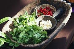 Ajo Chili Coriander rojo en ingrediente alimentario exótico del cuenco de madera Imagen de archivo libre de regalías