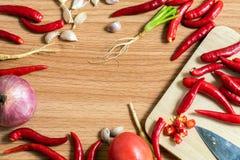 Ajo, pimientas y cebollas imagen de archivo libre de regalías