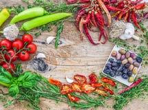 Ajo que consiste en determinado de la verdura mediterránea, chrry-tomates Foto de archivo libre de regalías