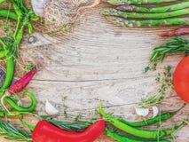 Ajo que consiste en determinado de la verdura mediterránea, tomate, fresco Imagen de archivo