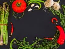 Ajo que consiste en determinado de la verdura mediterránea, tomate, fresco Imagenes de archivo