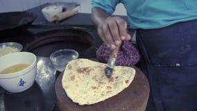 Ajo que unta con mantequilla del cocinero indio naan Cocina india