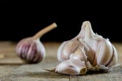 Ajo sabroso en una tabla de cocina de madera Verduras en el kitche Fotografía de archivo libre de regalías
