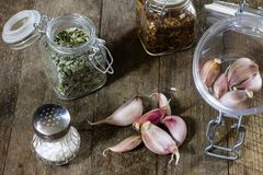 Ajo sabroso en una tabla de cocina de madera Verduras en el kitche Fotos de archivo