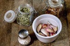 Ajo sabroso en una tabla de cocina de madera Verduras en el kitche Imagen de archivo
