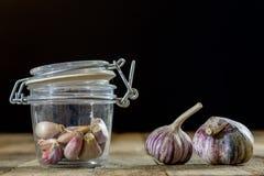 Ajo sabroso en una tabla de cocina de madera Verduras en el kitche Imágenes de archivo libres de regalías