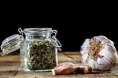 Ajo sabroso en una tabla de cocina de madera Verduras en el kitche Foto de archivo libre de regalías