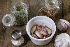 Ajo sabroso en una tabla de cocina de madera Verduras en el kitche Imagenes de archivo