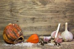 Ajo, sal del mar en fondo de madera Imagenes de archivo