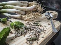 Ajo, semillas de calabaza, menta cocina vegetariana imágenes de archivo libres de regalías